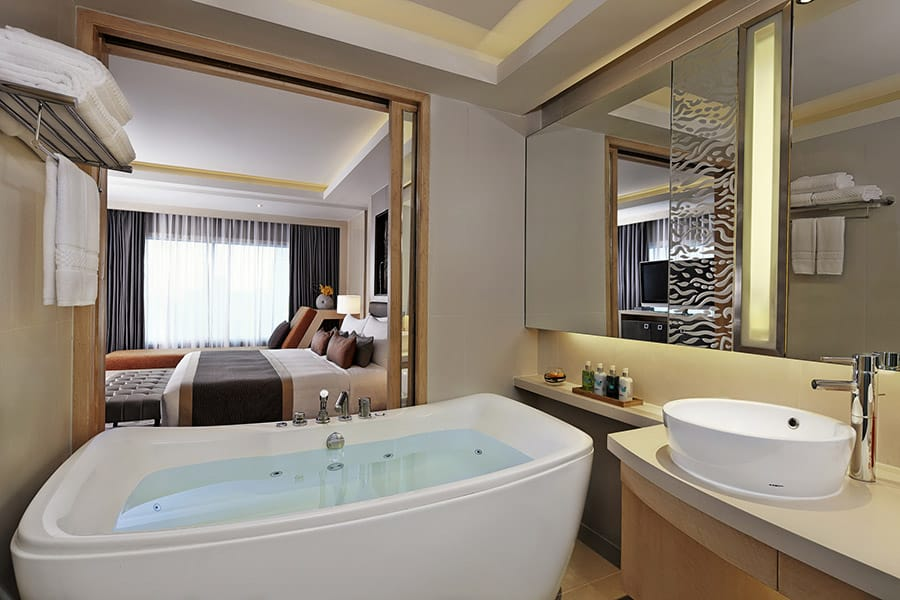 Amari Watergate Corner Suite Bath