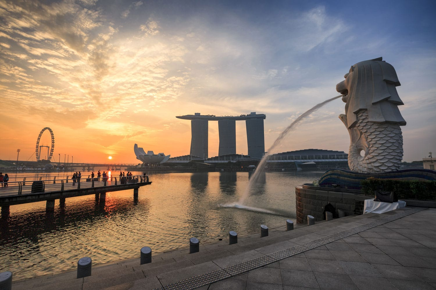 Landscape view of sunrise at Singapore landmark of Merlion and background with Marina Bay Sand building in Singapore