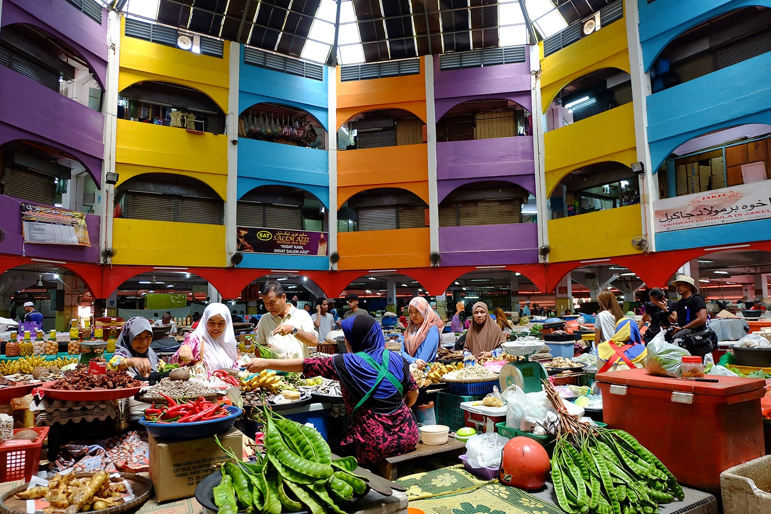 Here is the normal situation in Siti Khadijah Market which is the focus of tourists and locals to buy their daily necessities. Bharu, Malaysia