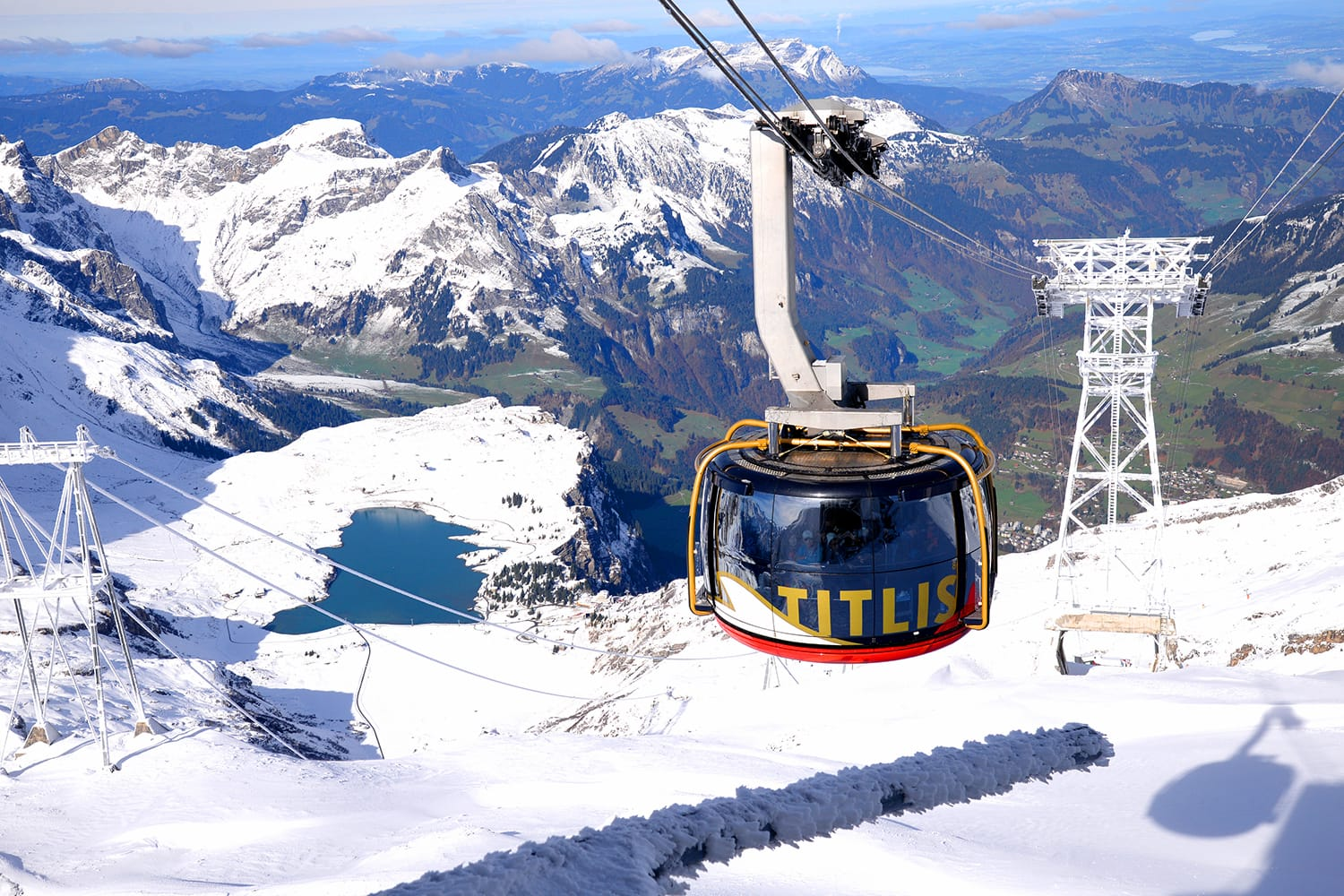 Titlis rotair The world's first revolving gondola transports from the middle station at Stand up to the mountain Titlis in Switzerland