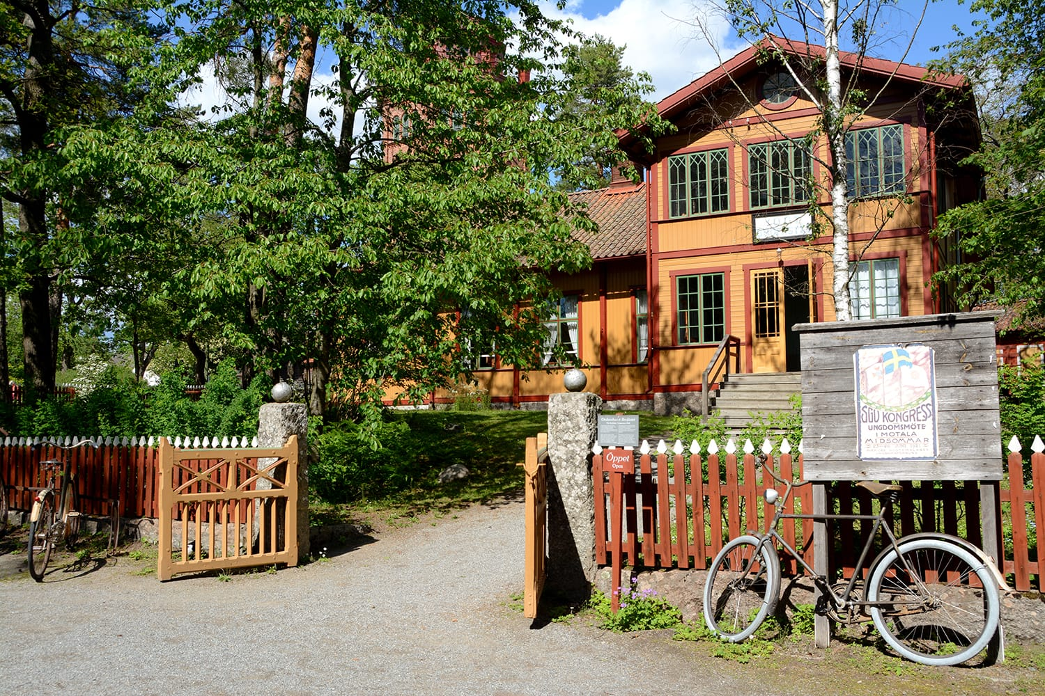 The Order House Brofästet originates from Tierp. It was built in 1895 by the Brofästet sobriety register within IOGT. It is located in Skansen in Stockholm.