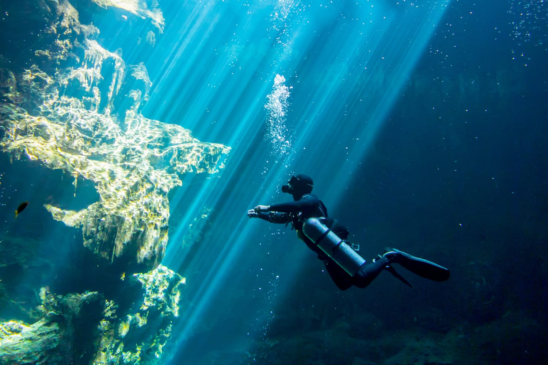 Underwater el Pit Cenote Yucatan Mexico